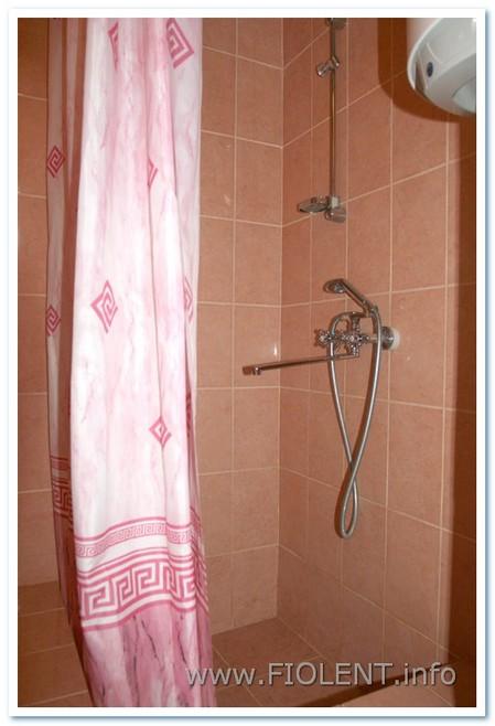 Левада, душ в улучшенных номерах