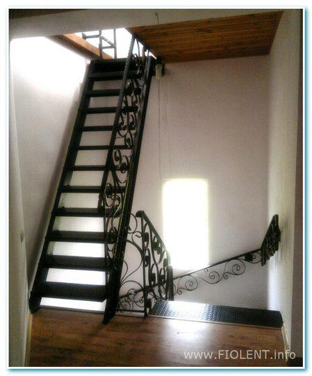 Дом с башенкой. Лестница.